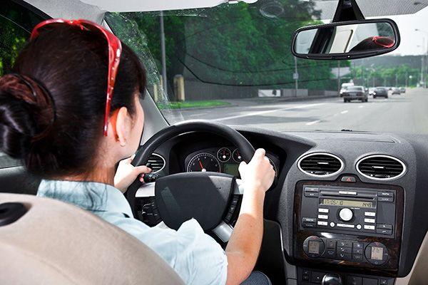 Сидіть за кермом або поруч з водієм